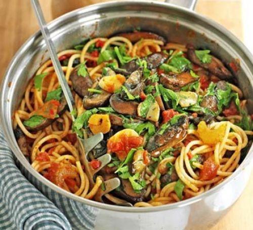 Pan of garlic and mushroom spaghetti