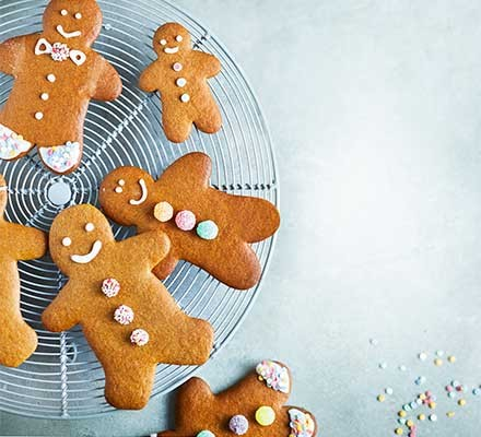 Gingerbread people on a wire cooling tray