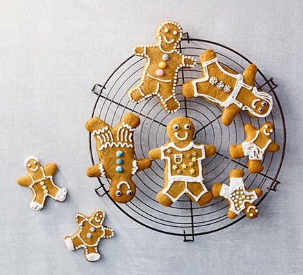 Gingerbread men on a wire tray