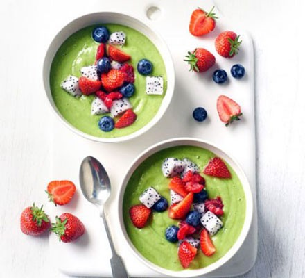 Green rainbow smoothie bowl