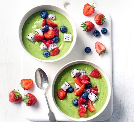Green rainbow smoothie bowl