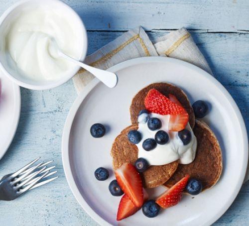 Pancakes with berries and yogurt