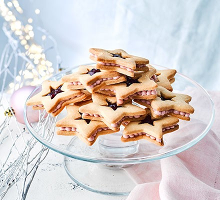Jammy star cookies served on a cake stand
