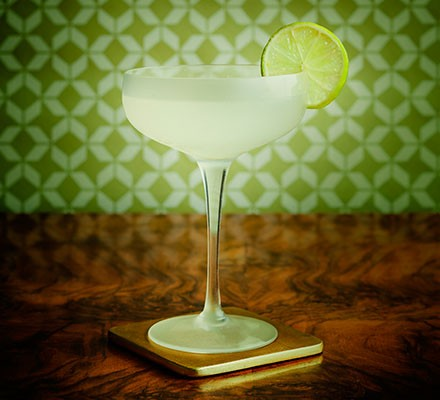 A daiquiri served with a slice of lime