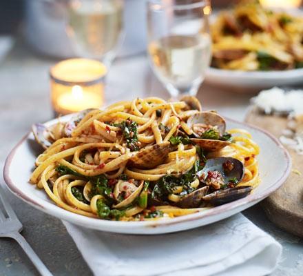 Spicy clam & kale linguine