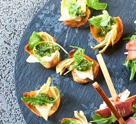 Mini crostini with goat's cheese & artichokes