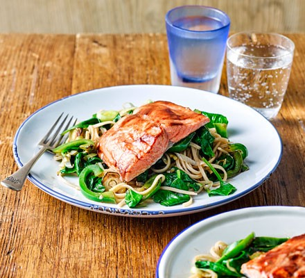 Wholemeal noodles with green peppers, leeks and salmon fillets