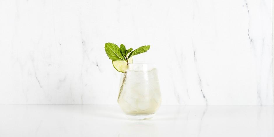 Moscow mule cocktail in helder glas met verse munt