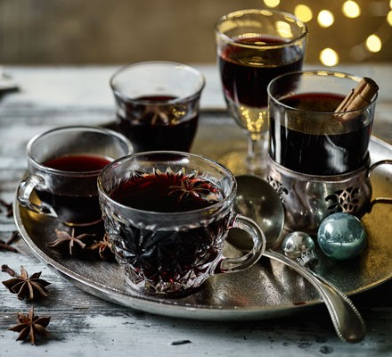 Mulled wine in glasses on tray
