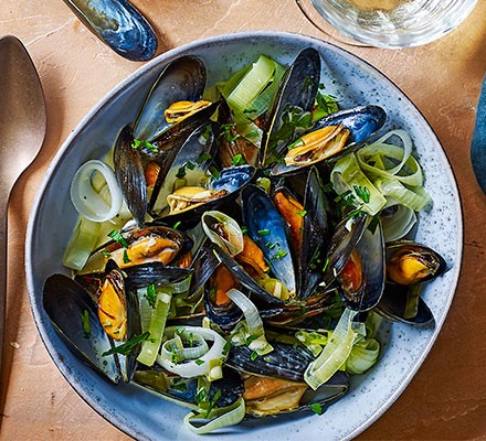 Mussels with leeks & saffron in a bowl