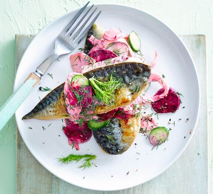 Pan-fried mackerel fillets with beetroot & fennel