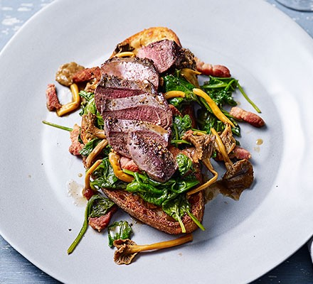 One-pan pigeon breast with spinach & bacon served on a plate