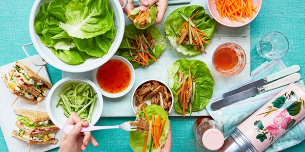 Pork, lettuce and carrot wraps with sauce