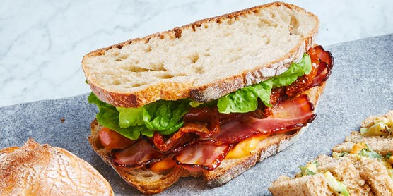 Sanduíche de bacon em ardósia