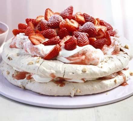 Praline meringue cake with strawberries