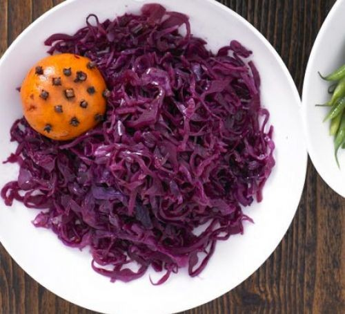 Mulled red cabbage with clementines in a bowl