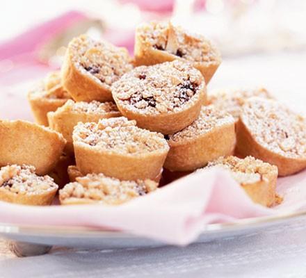 Mini mincemeat crumble pies