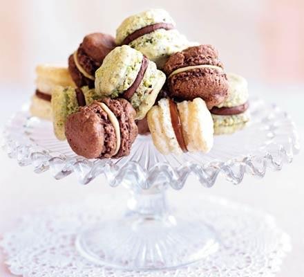 Mini pistachio & chocolate macaroons
