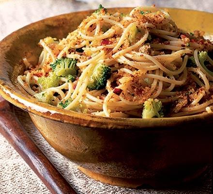 Spaghetti with broccoli & anchovies