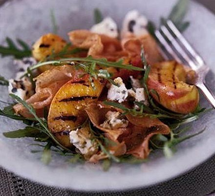 Griddled peaches with prosciutto & blue cheese