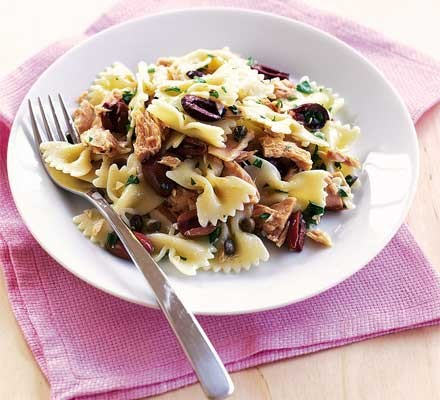 Bows with tuna, olives & capers