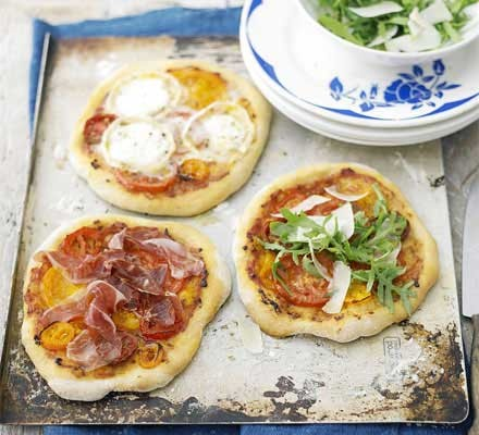 Easy tomato pizzas