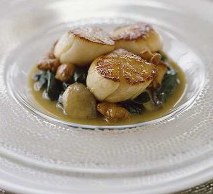 Sautéed scallops with mushrooms & spinach sauce