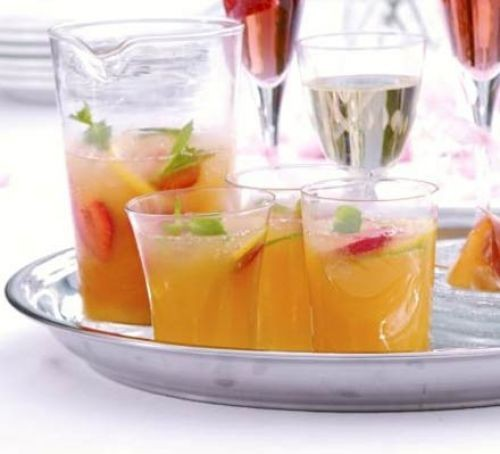 Punch on tray in glasses with fruit