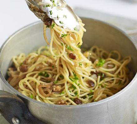Spaghetti with walnuts, raisins & parsley