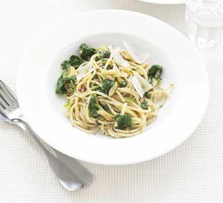 Spaghetti with spinach & garlic