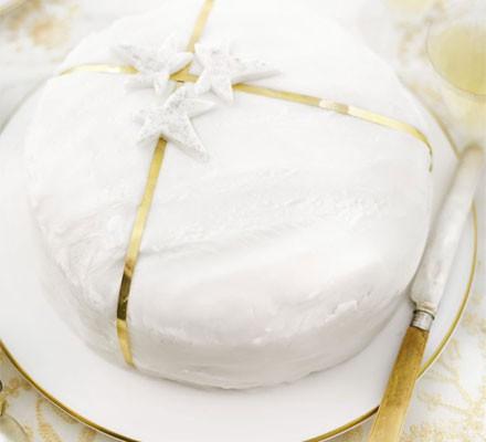 Simple ivy cake