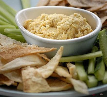 Homemade hummus with pitta chips