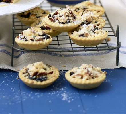 Easy mince pies with crunchy crumble tops