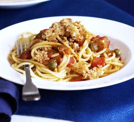 Pesto & tomato pasta with crispy crumbs