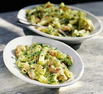 Pasta salad with pesto & prawns