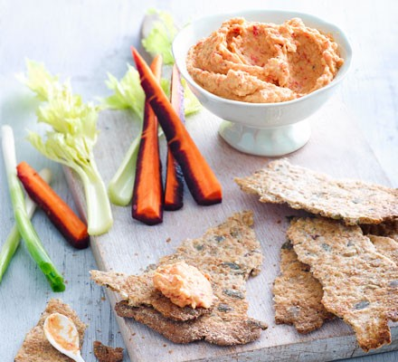 Red pepper hummus with crispbread snaps