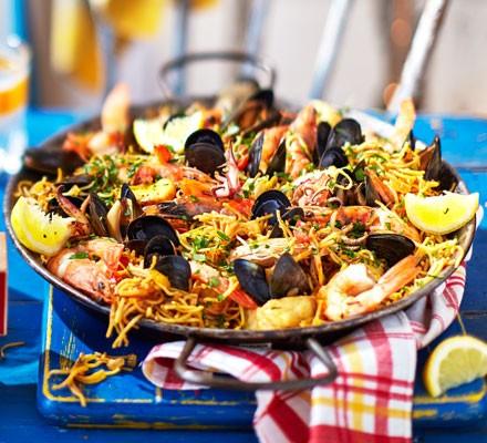 Seafood fideuà paella