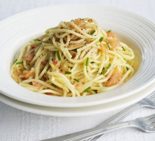 Bowl of spaghetti with smoked salmon and chives