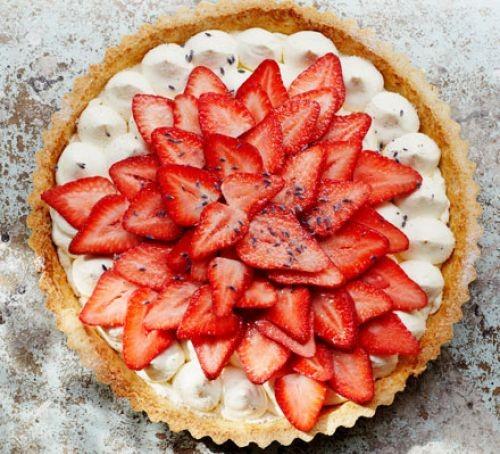 Strawberry tart with cream