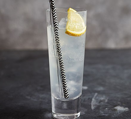 Tom Collins cocktail served in a glass