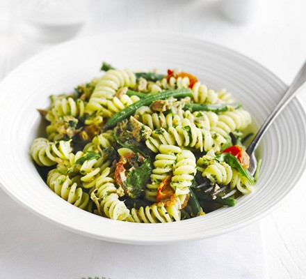 Tuna pasta with rocket & parsley pesto