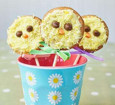 Vanilla chick biscuit pops
