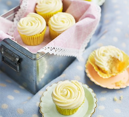 Vanilla cupcakes served in a tin