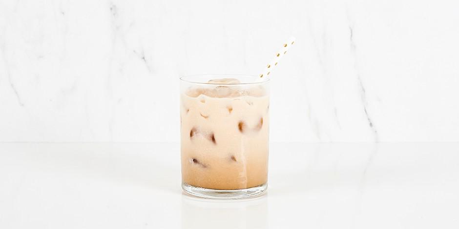 Witte russische cocktail op marmeren achtergrond