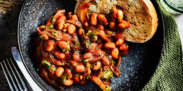 Slow cooker beans with bread in bowl