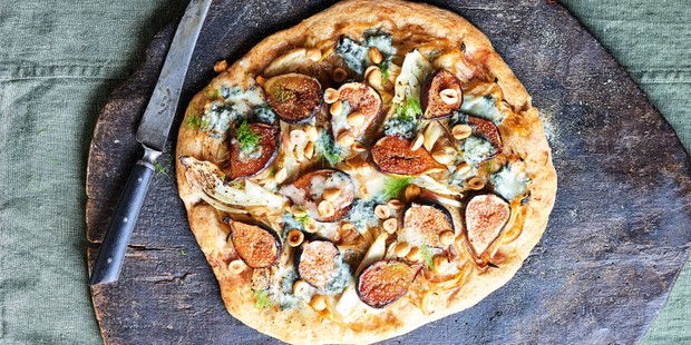 Rye pizza with figs