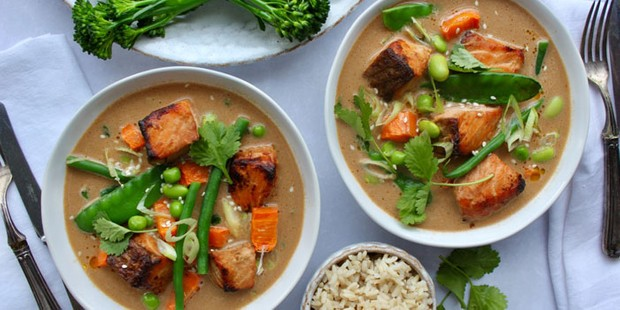 Potage salmon curry in bowls