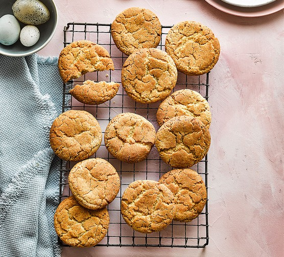 Snickerdoodles cinnamon cookies on a wire tray