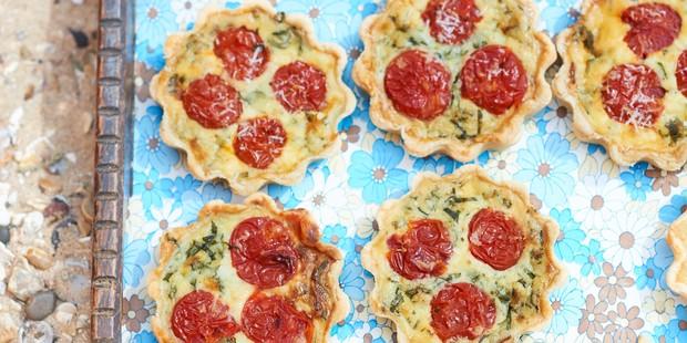 Mini tomato quiches in pastry