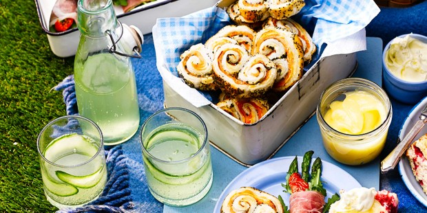 Elderflower and cucumber cocktails on picnic blanket with food